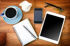 PC de Tablette et un café et un téléphone portable Photographie stock libre de droits