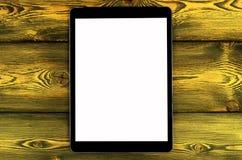 PC del computer della compressa con derisione dello schermo in bianco su sul fondo di legno giallo della tavola Computer della co fotografia stock libera da diritti