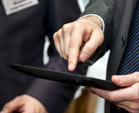 Pc del touchpad della tenuta dell'uomo d'affari Fotografia Stock Libera da Diritti
