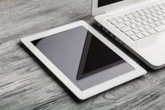 Pc della compressa e del computer portatile isolato su fondo Immagine Stock Libera da Diritti