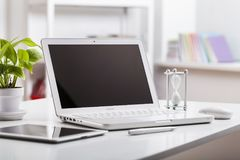Pc della compressa e del computer portatile isolato su fondo Immagini Stock Libere da Diritti