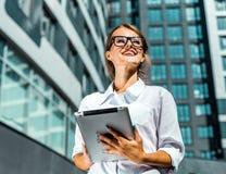 PC di Use Tablet della donna di affari immagine stock