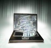 PC do portátil com dinheiro foto de stock