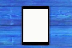 PC do tablet pc com zombaria da tela vazia acima no wo azul Fotos de Stock