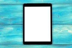 PC do tablet pc com zombaria da tela vazia isolado acima no fundo de madeira azul da tabela Tabuleta na tabela de madeira tela do Fotos de Stock