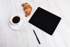 PC e café vazios da tabuleta foto de stock royalty free