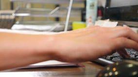 PC e conceito moderno do escritório Dedos fêmeas que datilografam no teclado preto Fim acima Pressionando teclas Mulher que traba vídeos de arquivo