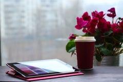 Pc e tazza di caffè della compressa Fotografia Stock Libera da Diritti