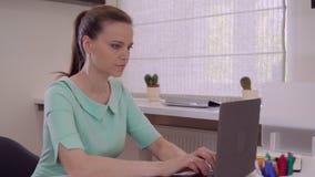 PC envejecida centro del uso de la señora dentro almacen de metraje de vídeo