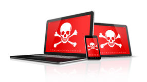 PC et smartphone de comprimé d'ordinateur portable avec des symboles de pirate sur l'écran H Photos stock
