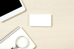 PC för mellanrum, för notepad, för smartphone eller för minnestavla för affärskort, förstoringsglas på sikten för tabell för kont Arkivfoton