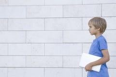 PC för pojkehållminnestavla Skola utbildning som lär, teknologi, fritidbegrepp Arkivbilder