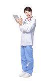 PC för tablet för kvinnadoktor lycklig användande Arkivbild