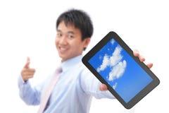 PC för tablet för show för affärsman med leende arkivfoto