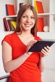 Hållande tabletPC för kvinna Arkivfoto