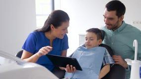 PC för tandläkarevisningminnestavla till patienten på kliniken lager videofilmer