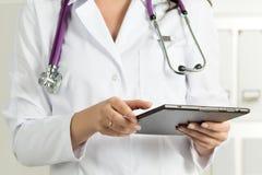 PC femminile del dottore Holding Tablet immagine stock