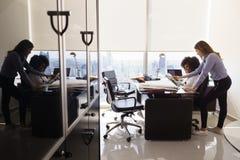PC femminile di Using Tablet dell'architetto dei colleghi in ufficio Immagine Stock Libera da Diritti