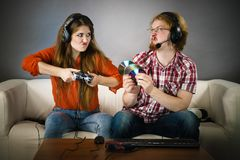 PC Gamermann und -frau mit Spielauflage lizenzfreie stockfotografie