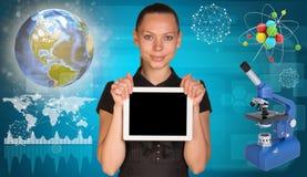 PC hermosa de la tableta de la tenencia de la empresaria átomo Fotos de archivo