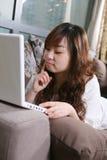 PC hermosa joven del uso de la muchacha Imagen de archivo libre de regalías