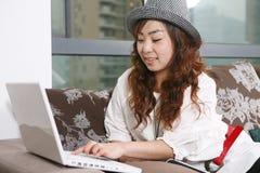 PC hermosa joven del uso de la muchacha Imagen de archivo