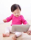 PC heureux de tablette de montre de chéri de fille Images libres de droits