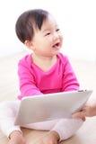 PC heureux de tablette de pièce de bébé Photographie stock libre de droits