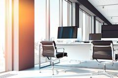 PC med stora tomma bildskärmar på tabeller öppen workspace på kontoret framförande 3d stock illustrationer