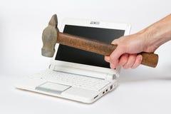 PC-Reparatur durch Hammer Lizenzfreie Stockbilder