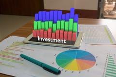 PC senza fili della compressa sullo scrittorio di legno con il rapporto del mercato azionario Fotografie Stock