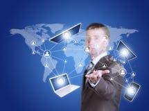 PC, smartphone y ordenador portátil de la tableta del control del hombre de negocios foto de archivo libre de regalías