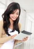 PC sonriente de la tableta de la tenencia del adolescente Fotos de archivo