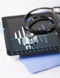 PC, stéthoscope et électrocardiogramme de Tablette Images stock