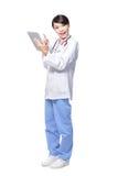 Pc usando felice del ridurre in pani del medico della donna Fotografia Stock
