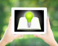 De handen die van de mens tabletPC houden Royalty-vrije Stock Afbeeldingen