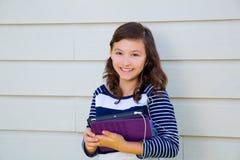 PC y earings felices de la tableta de la tenencia de la muchacha adolescente Imagenes de archivo