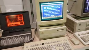 PC y ordenadores portátiles retros de trabajo con los juegos del vintage almacen de metraje de vídeo