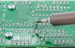 PCB van de Soldeerselelektronika met de soldeerbout Stock Afbeelding