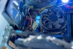 PCdelar i fan för dammmakroCPU Det fungerar inte, i damm och smutsar ner arkivbild
