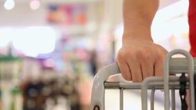 Pchać furę przy supermarketem zdjęcie wideo
