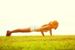 Pcha podnosi lub prasa podnosi ćwiczenie młodą kobietą Zdjęcia Stock