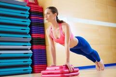Pcha up Ups kobiety ćwiczenia trening Zdjęcia Royalty Free