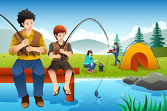 Pêche allante de famille sur des vacances en camping Photos stock
