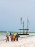 Pêche allante de femmes locales sur une plage à Zanzibar, Tanzanie Photos stock