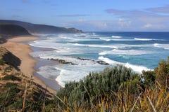 Pêche au surfcasting sur la plage côtière australienne de ressac d'océan Photos libres de droits