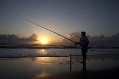 Pêche de vague déferlante Photo stock