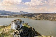 Pchelina See in Bulgarien und in der alten Kapelle StJohn Lizenzfreie Stockbilder