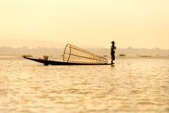 Pêcheur dans le lac d'inle, Myanmar. Photos libres de droits