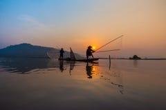 Pêcheur Fishing de coucher du soleil Images stock